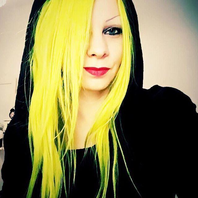 #Repost @roll_of_film ・・・ #yellowhair #hairdye #hermansamazinghaircolor @hermansprofessional #redlips #vegan #hairdye #haircolour #hermanshaircolor #daisy #uv
