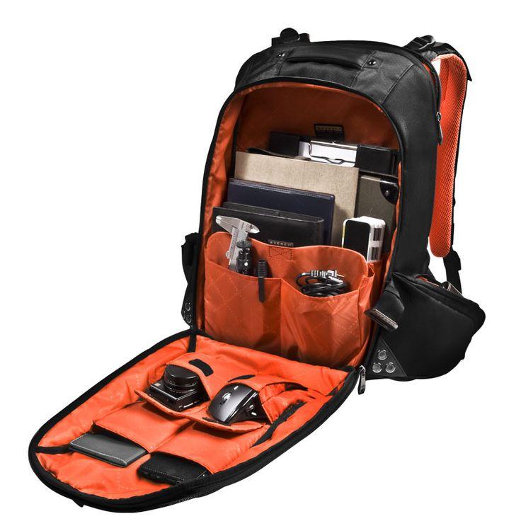 전면 수납공간은 탈부착이 가능하며 패딩마감으로 안전하게 운반하기에 최적화 된 제품입니다. 여러가지 포켓으로 마우스와 그외 케이블 등을 구분지어 보관 운반할 수 있습니다.