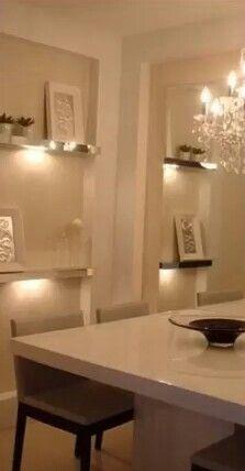 Prateleiras espelhadas e iluminação