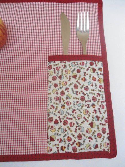 Que tal fazer suas refeições com muito charme? Jogo americano confeccionado em tecido 100% algodão, estruturado com feltro, contém porta talher e porta guardanapo. R$ 25,00