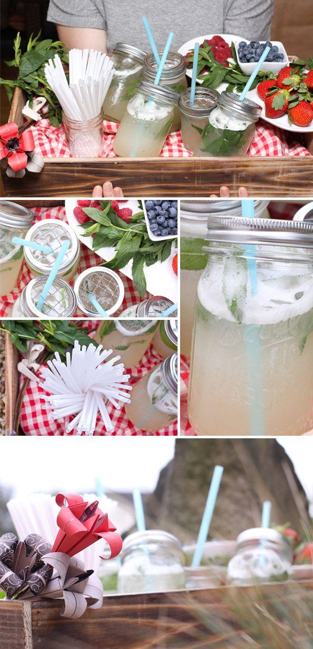 DIY Zitronenlimonade für die Sommerparty Wie wird es gemacht: 1. Zucker im Wasser auflösen, zum Kochen bringen und auf niedriger Hitze für 2 Minuten sieden lassen. Danach auskühlen. 2. Zitronen auspressen. 3. Das Mixgerät mit Eiswürfel befüllen, so dass der Mixbecher halb voll ist. Zitronensaft und kalten Zuckersirup beifügen und mixen. 4. Die Flüssigkeit durch ein Sieb filtern. 5. Minzblätter in die Gläser geben. 6. Die Limonadenflüssigkeit ins Glas füllen und mit Sodawasser auffüllen.
