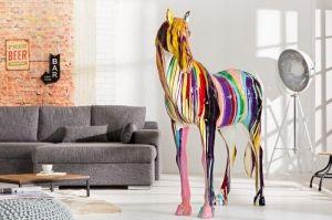 Niecodzienna rzeźba dekoracyjna - koń wykonany w stylu PopArt. Rzeźba będzie idealnie pasowała do minimalistycznych, loftowych, ekstrawaganckich mieszkań dodając im przysłowiowy pazur. Rzeźba Horse PopArt będzie dobrym pomysłem na prezent, szczególnie dla miłośników tych pięknych zwierząt oraz PopArtu. Rzeźba jest wykonywana ręcznie, dlatego każda jest wyjątkowa i niepowtarzalna.