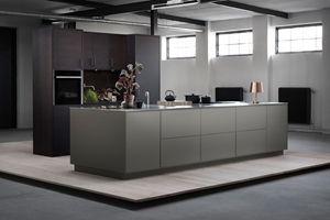 I dette kjøkkenet er det kjøkkenøya som er i fokus. Vi har blandet kontrasterende materialer og farger – varmt grå, børstet rustfritt stål og myke, beisede treflater. Likevel føles kjøkkenet enhetlig, ettersom System 10 former konturer i og rundt kjøkkenøya. Den geometriske linjen som går igjen, gjør at kjøkkenet balanseres mellom spenning og eleganse. Varmgrå kjøkkenø - System 10 Bistro | Drømmekjøkkenet