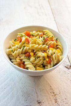 Koude-pastasalade-met-curry,-paprika-en-bieslook