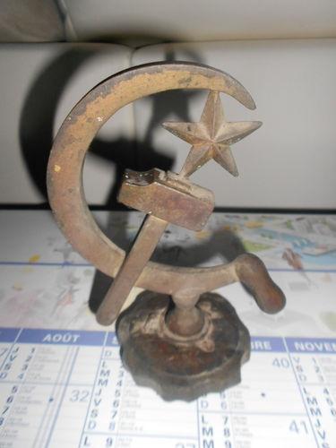 ANCIENNE PLAQUE CALANDRE AUTOMOBILE BOUCHON  MASCOTTE URSS MARTEAU FAUCILLE