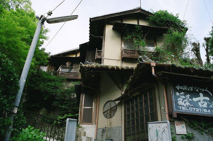 https://flic.kr/p/MgREm6 | alleys of Kawachi-Nagano | a good old town of southern Osaka Pref.  CONTAX 137MA QUARTZ x Carl Zeiss Vario-Sonnar T* 3.5-4.5/28-70 x kodak Super Gold 400