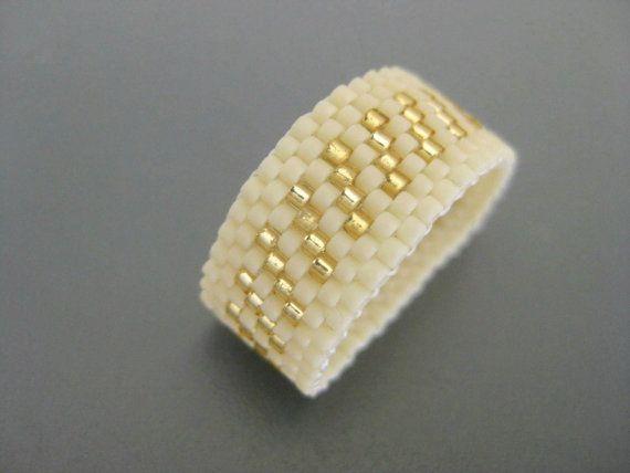 Eine schöne Peyote Ring! Machte der japanische Delica Perlen in Matte Creme und Gold ausgekleidet Kristall.  Der Ring ist 3/8(1,1cm) Breite und Größe 8. 1/2 - 3/4 (59-60).  Es ist sehr angenehm zu tragen und leicht.  Bitte kontaktieren Sie mich, wenn Sie eine andere Größe oder Farben brauchen.  Schauen Sie sich meine anderen Perlen Ringe in vielen verschiedenen Farben, Stile und Designs: http://www.etsy.com/shop/MadeByKatarina?section_id=5864177  Für an...