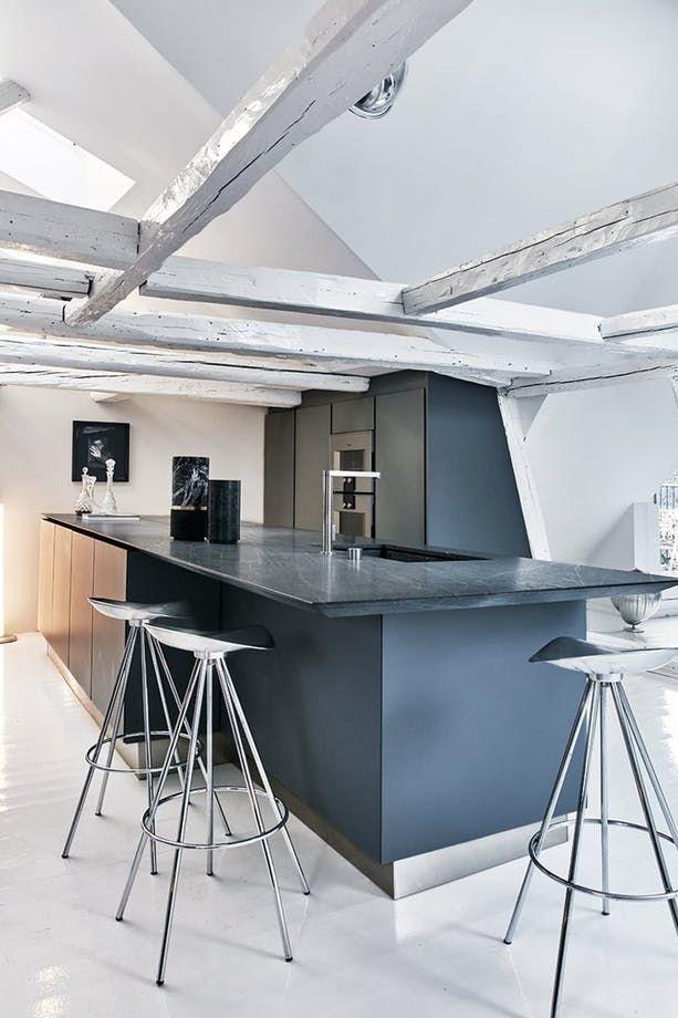 Her er 6 vidunderlige hjem, hvor det er lykkedes at implementere et mørkt køkken på smukkeste vis. Få vores bedste tips til at udskifte dit hvide køkken med et mørkt og modigt køkken, der understreger din personlige stil.