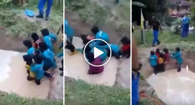 """Funcionários De Escola Fazem Treino """"Espírito De Equipa"""" Em Crianças Usando Água e Cobras"""