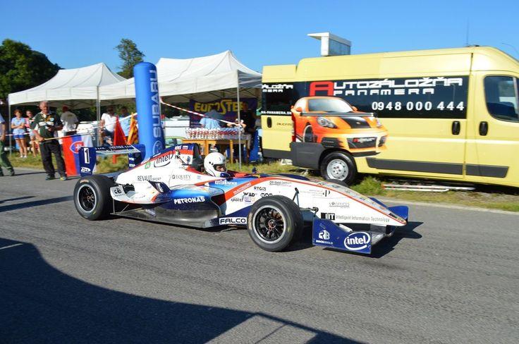 Majstrovstvá Slovenska v pretekoch automobilov do vrchu na Ostrej Lúke privítalo horúce počasie a tisícka fanúšikov.