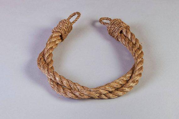 Mooie handgemaakte die touw tiebacks, gemaakt volgens een hoge kwaliteitsstandaard en om te bestellen.  Deze stevige gordijn tiebacks complimenteren met een woonkamer, slaapkamer of nautisch thema kamer en voeg een prachtige en unieke stijl.  Met hun mooie natuurlijke uitstraling overeenkomen deze gordijnstof van elke kleur.  Dit grade 1 Manilla 3 strand natuurlijke vezels touw is duurzaam, flexibel en bestand tegen zonlicht.  Neem contact als u willen zou maken van een aangepaste volgorde…