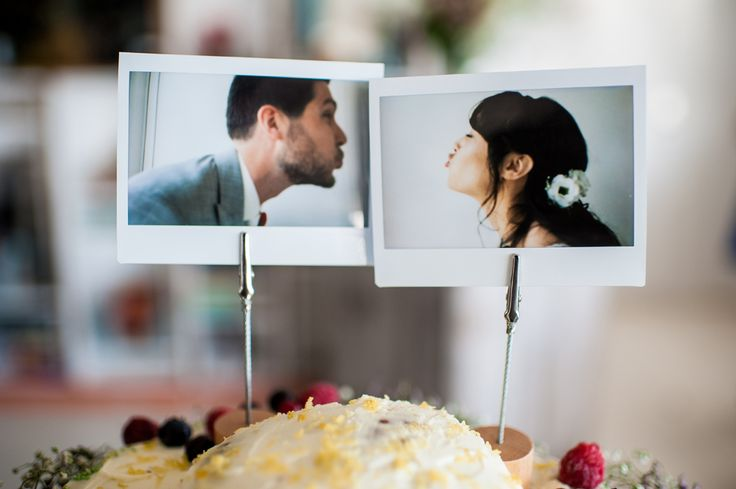 Originele taarttopper met polaroid foto's  #bruidsfotografie #trouwtrendy #bruidstaart #taarttopper