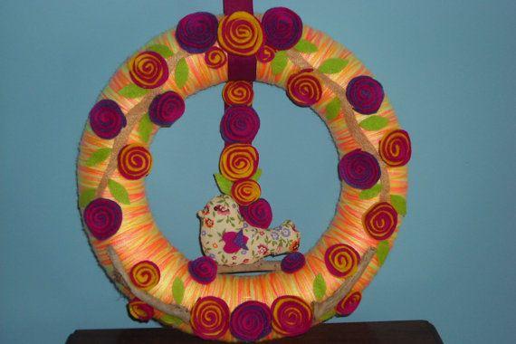 Corona di fiori. Corona di filato decorato con rose di feltro bicolore, uccello di tessuto a mano e legni. on Etsy, 23,00€