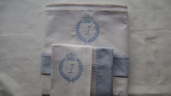 Jogo de Lençol de berço, padrão americano  3 peças (fronha, lençol com elástico e lençol com vira).  Percal 180 Fios com faixa de pique Bordada  Obs: Cor e inicial a combinar.