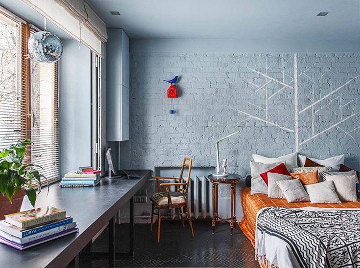 Açık mavi rengin yarattığı huzurlu bir ortam, eski bir evde; taş duvarlar ve klasik kalorifer peteklerinin yarattığı klasik hava ile gayet uyumlu #dekorasyon #dekorasyonfikirleri #dekorasyonönerisi #dekorasyonönerileri #dekorasyononerisi #yatakodası #yatakodasi #yatakodaları #yatakodalari #marifetix #marifetix.com #evdekorasyon