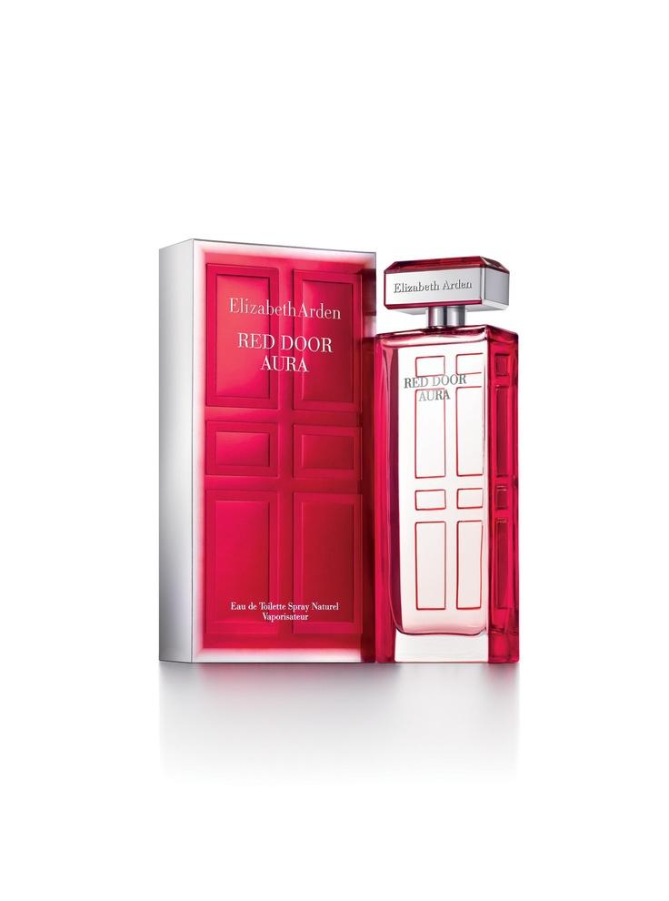 Celebraremos el legado de la marca Elizabeth Arden con la introducción de la fragancia Red Door Aura, una nueva expresión de la clásica fragancia Red Door, que no pasa de moda. Esta fragancia contemporánea y juvenil captura el glamur multifacético, la elegancia y el estilo de la mujer de la ciudad de Nueva York. Red Door Aura es una fragancia sensual y floral luminosa que evoca un agradable romance de un bouquet a la vez que mantiene el aroma suave de maderos frescos.