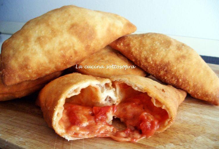 I panzerotti baresi sono una vera e propria istituzione a Bari. Il panzerotto, fatto con la pasta di pane e ripieno di mozzarella e di tante altre prelibatezze