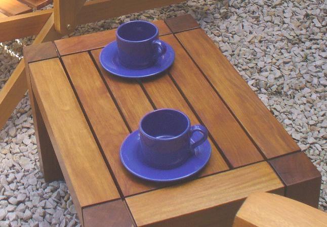 Mesa de arrime Cama, ideal para acompañar una reposera o un Sillón.