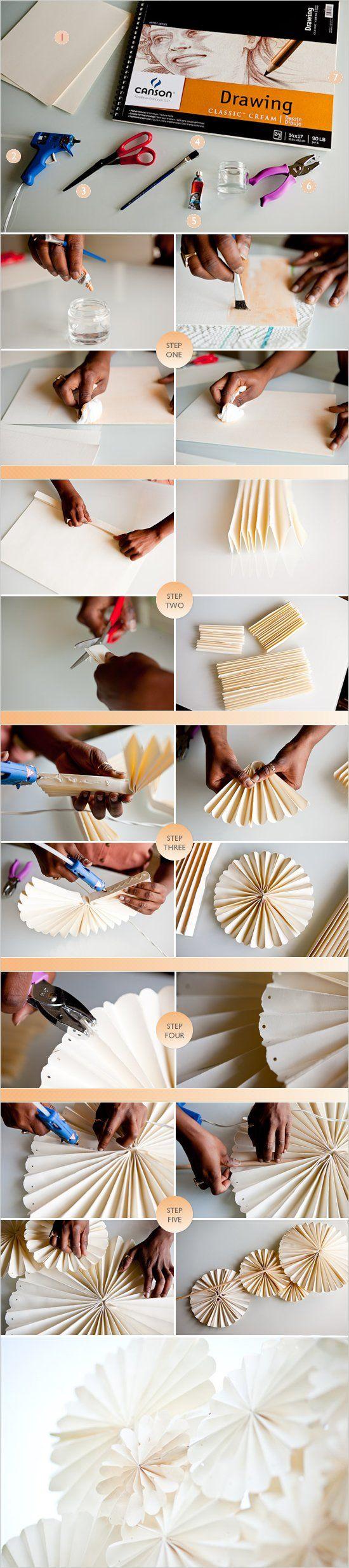 Estas flores de papel plisado son muy fáciles de hacer y el look final que crean es ideal.Creemos que es una idea genial para una boda, bautizo, comunión o fie