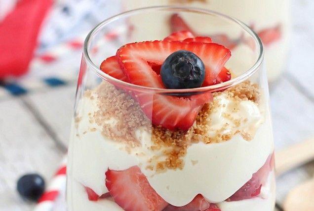 Parfait vegano con yogurt di soia, grano, fragole e mirtilli