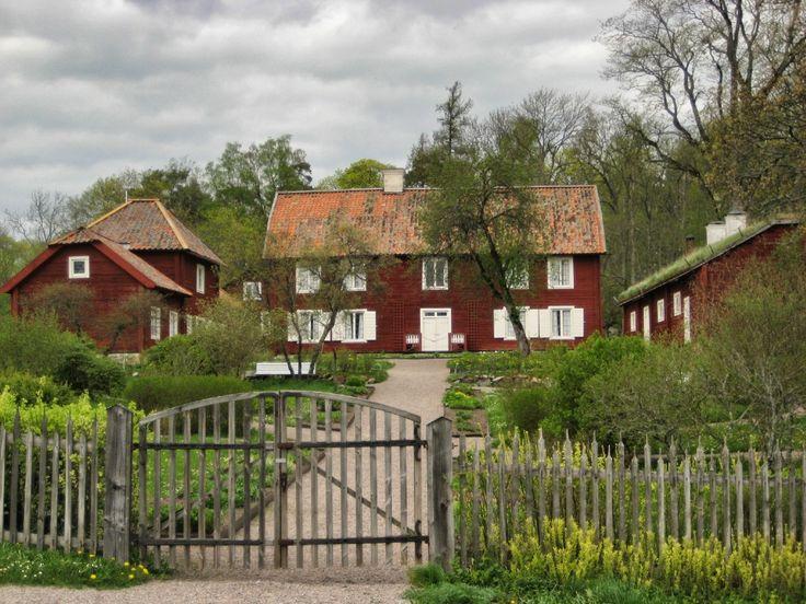 Uppsala med sina vackra gamla hus, domkyrka, slott och Linnés Hammarby är en perfekt dagsutflykt från Stockholm. Om några små följer med på turen, rekommenderas en rundtur i Pelle Svanslös fotspår....