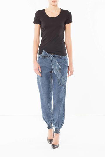 Jeans baggy a vita bassa in denim 100% cotone, con tasche laterali. Chiusura con coulisse esterna in vita e bordi elastici al fondo.
