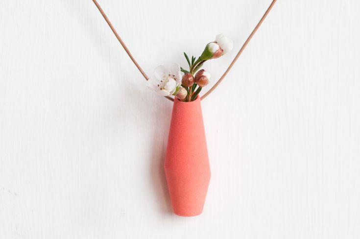 Una pianta viva da portare al collo. Una delle creazioni verdi di Colleen Jordan