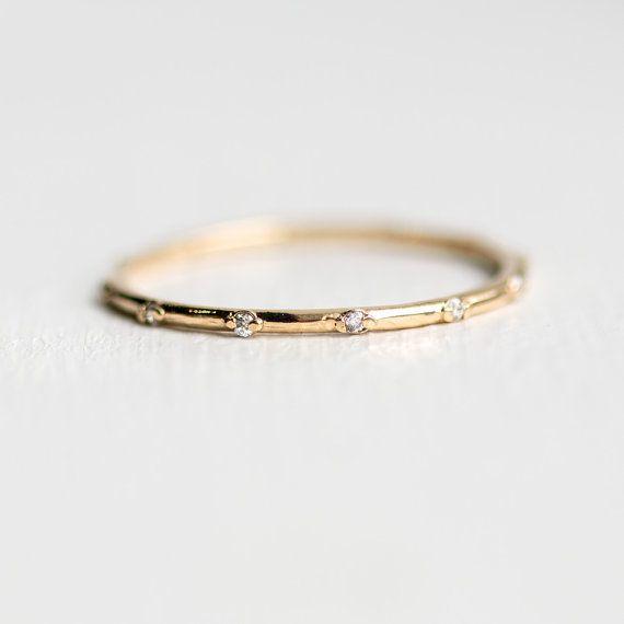 Twinkle bande | Minuscule blanc diamant de l'éternité en or 14 k | Empilable bague en diamant fine à la main |  Alliance en diamant délicat