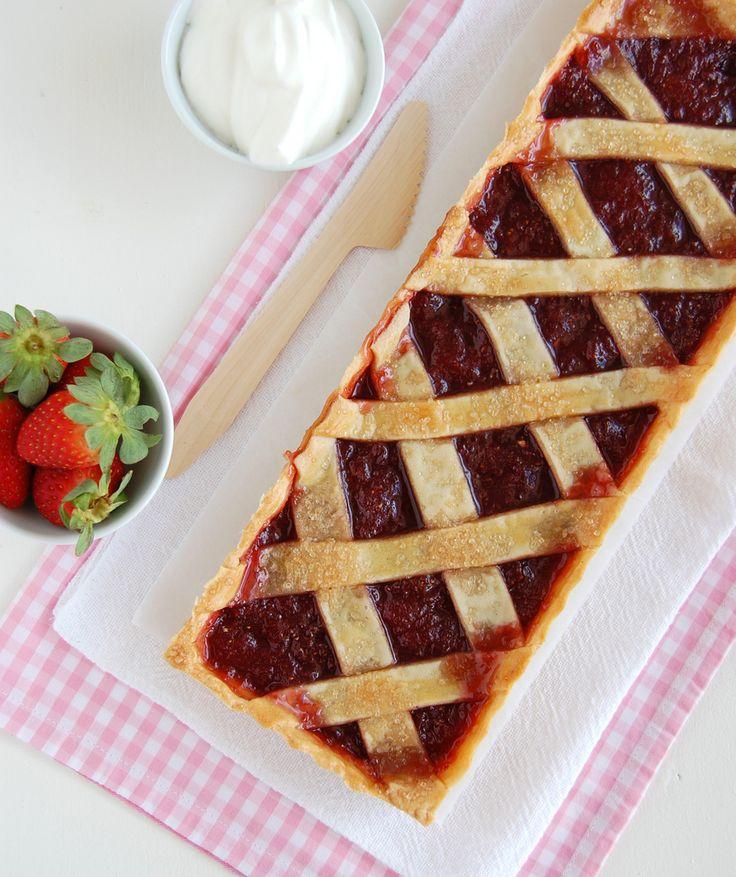 English version     Quando menina minha sobremesa preferida era torta de morango - bem parecida com a torta de banana  que fiz pro meu pai h...