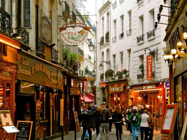 Париж. В самом центре Парижа вы можете найти замечательное место, в котором витает особый дух – это Латинский квартал. Со времен Средневековья здесь селились студенты и профессора университета Сорбонны. Квартал до их пор считается Студенческой слободой. Сохранилась здесь и атмосфера: узкие улочки, магазинчики, книжные лавки и кафе с ценами на студенческий кошелек. Это одно из самых уютных и тихих мест в Париже.