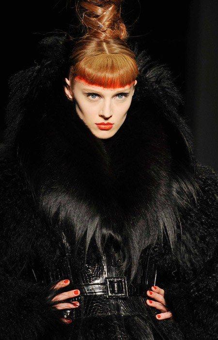 Manteau col fourrure à poils longs et taille ceinturée, jean Paul gaultier, défilé haute couture automne hiver 2008 2009