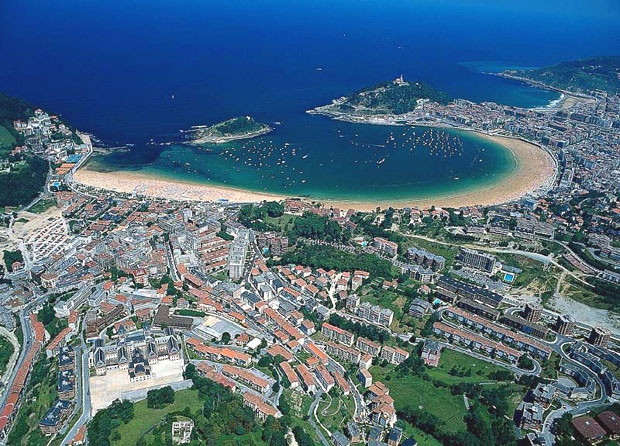The Basque Country is bordered by Spain to the south, and to the north by the Bay of Biscay alongsideh the nation of France.