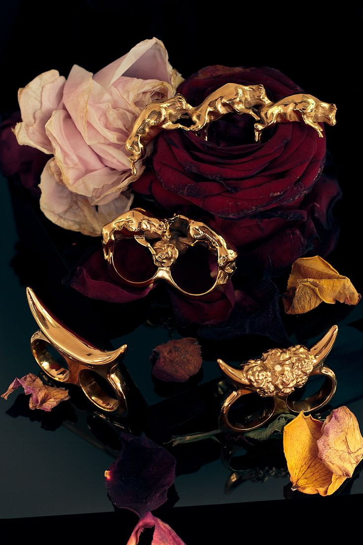 BULLS&ROSES was inspired by the juxtaposition of the wild and the romantic, the animalistic and the cultivated. The collection  is a manifestation of these opposing fields married in wearable jewellery designs.