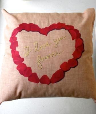 Romantico cuscino dipinto a mano con delicati petali di rose rosse ad effetto tridimensionale. #sanvalentino2014