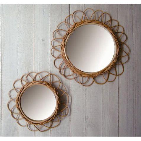 天然素材のラタン(籐)の一種であるアラログを丁寧に編み込んだ壁掛け鏡☆ ナチュラルな風合いでかわいらしいお花のモチーフです。 裏面には壁掛け金具が付いています。 *ひとつひとつ職人による手作りの製品の為、サイズや形など多少の個体差があります。 *画像はSサイズとLサイズを並べたものです。  ■素材 アラログ  ■サイズ φ25×D3cm