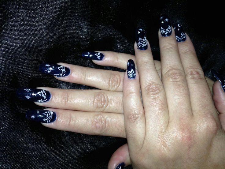 Acryl met donkerblauwe gellak en sneeuwlandschap in sugar nailart @BLnailstudio