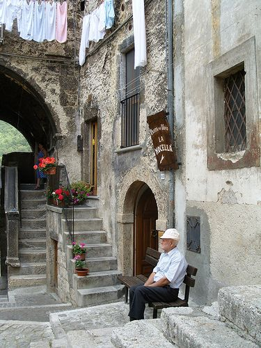 Italian old people, especially in the South, like very much spending their time sitting outside