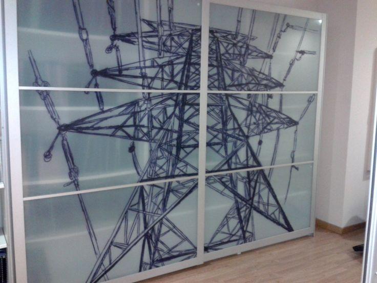 Vinilo impreso transparente sobre cristales de armario con puertas correderas. Empresa de instalaciones eléctricas.  Decoración para las oficinas.