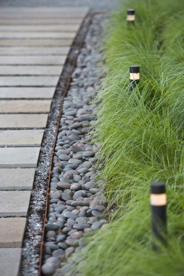 bornes de jardin et déco en galets ele long de l'allée Feng Shui