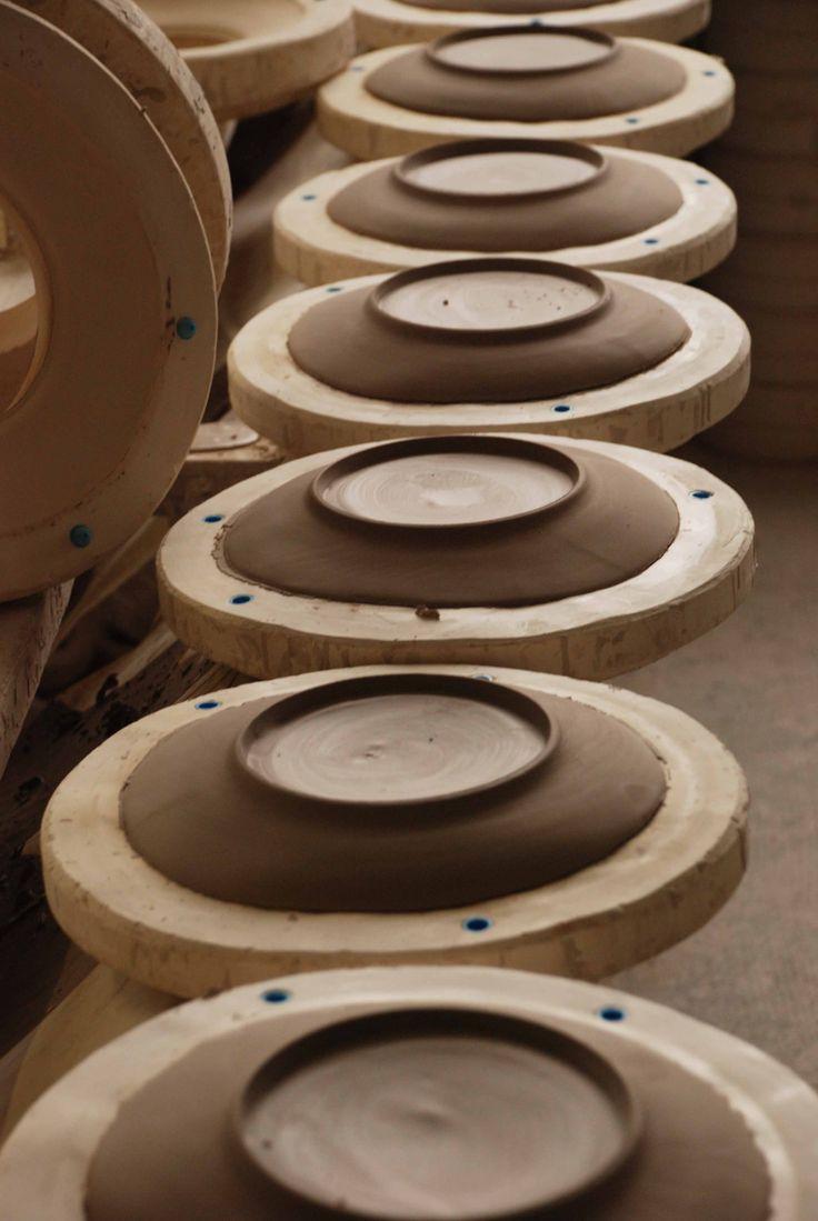 Manufacture, démoulage des assiettes  Virebent Porcelaine de Lot