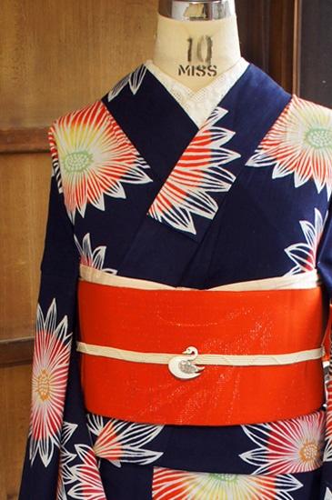 濃紺の地に、ガーベラのような大輪のお花模様が染め出された注染レトロ浴衣です。