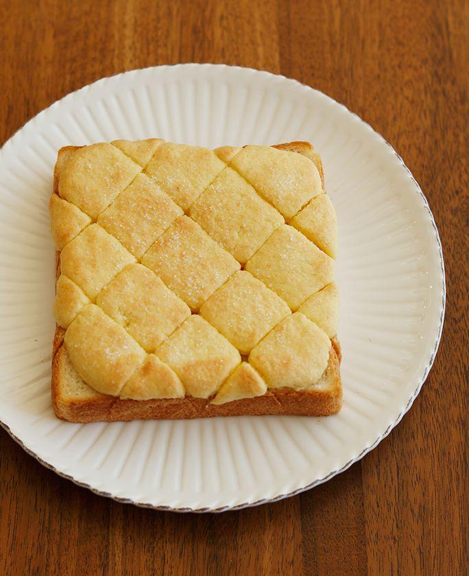 みんな大好きなメロンパンを食パンで再現!ホットケーキミックスでできるお手軽な生地なのに、味も見た目も本格的です。