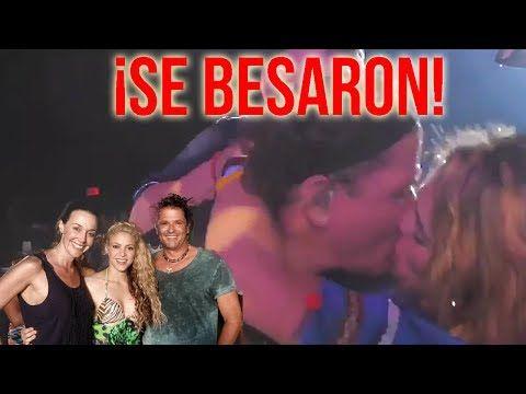 """Carlos Vives se besa APASIONADAMENTE con una fan durante un concierto - VER VÍDEO -> http://quehubocolombia.com/carlos-vives-se-besa-apasionadamente-con-una-fan-durante-un-concierto    En un video que está circulando a través de redes sociales se ve el momento en el que una """"fan enamorada"""" evade el esquema de seguridad del cantante samario Carlos Vives, sube a tarima y le roba un beso delante de los asistentes a un concierto.  En la publicación se ve a una mujer de"""