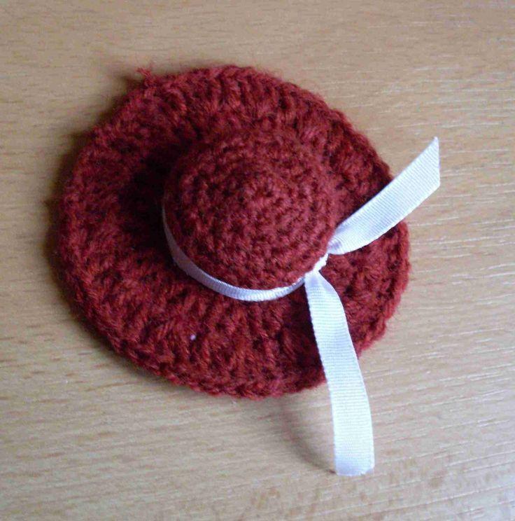 Háčkovaná brož klobouček
