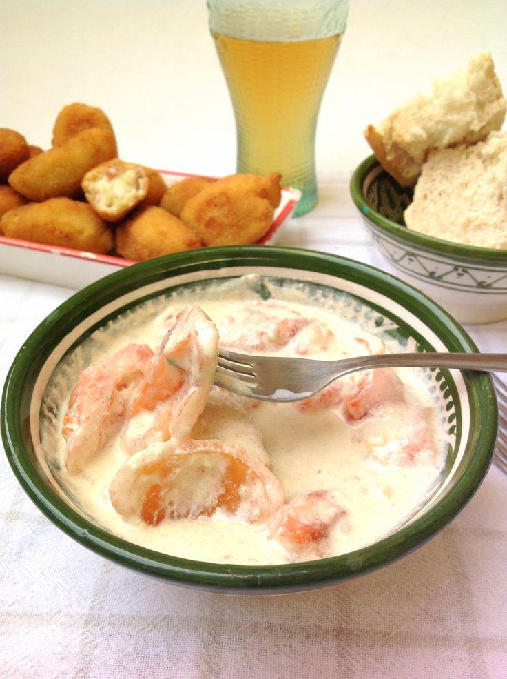 El pisto de tomate y alioli es el acompañante perfecto de platos como las croquetas o la tortilla de patatas.