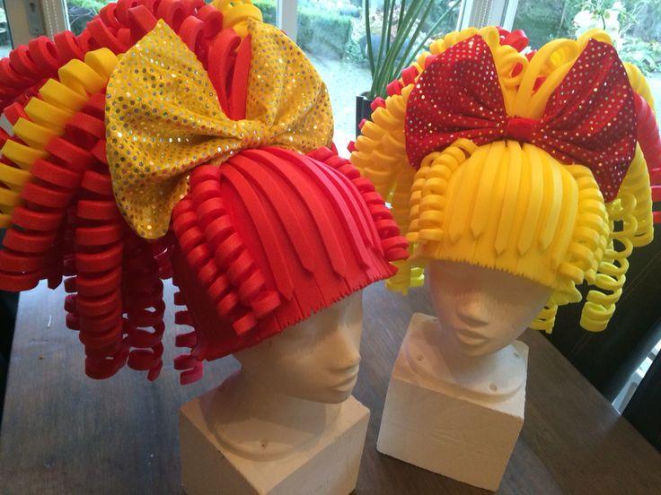 Rood/gele foam pruiken. Red/yellow foam wigs.