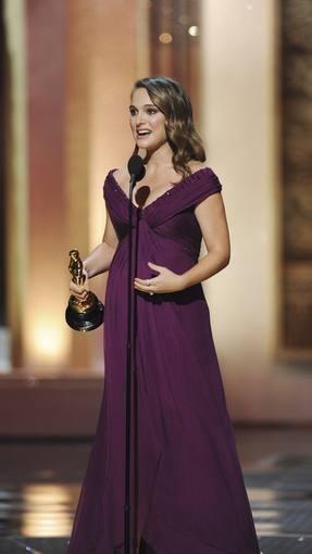 2011. Natalie Portman ganó el Oscar por El Cisne Negro y acudió a la gala embarazada y vestida por Rodarte. Más información: http://www.rtve.es/oscar