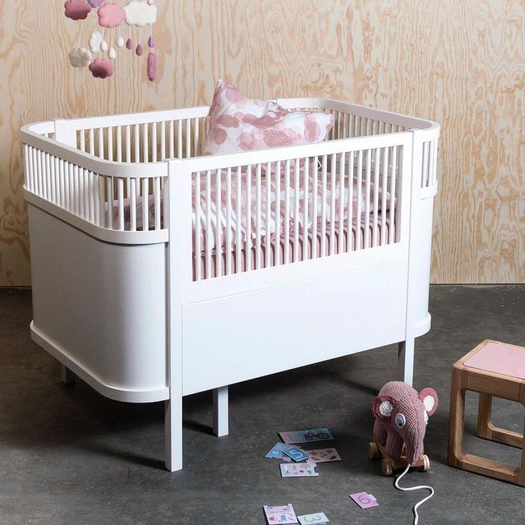 Geborgen und sicher schlafen - viele Jahre lang  Beim Baby- & Kinderbett Sebra in weiß trifft klassisches Design modernen Komfort. Je nach Alter Ihres Kindes kann das Bett den unterschiedlichen Bedürfnissen angepasst werden und verwandelt sich mit wenigen Handgriffen vom Baby- zum Kinderbett.