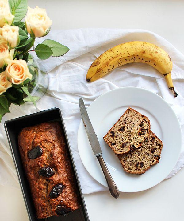 Przepis na szybki chlebek bananowy. Banany rozgniatamy. Dodajemy topione masło, cukier i mąkę - krótko mieszamy do połączenia składników chleba bananowego.