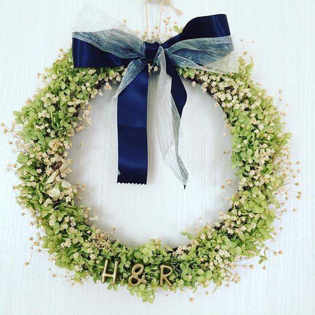 【ウェルカムリース】 結婚式を挙げる友だちへ。 作らせてもらいました♡ 今回は、 ドライフラワー*緑×白 をテーマに。 紺色のリボンが いい感じに色をしめてくれました◎ #ドライフラワー#リース#フラワーリース #あじさい#アナベル#かすみ草 #緑#白#紺#リボン #ウェルカムリース#結婚式#プレゼント #suzuフラワー部